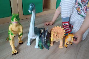 prezentarea dinozaurilor pentru bebelusi langa dinozaurul fratior